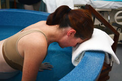 Havandeskap - naturlig vattenfödelse för gravid kvinna Arkivfoto