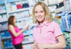 Havandeskap och pharmaceutics pharmaceutist med gravid på bakgrund på lagret royaltyfria bilder