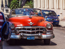 HAVANNACIGARR KUBA - APRIL 1, 2012: Cabriolet för taxi för Cadillac serie 62 Arkivfoto