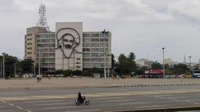Havannacigarr Kuba - April 13, 2017: Revolutionfyrkant i mitten av havannacigarren med att presentera en j?rnv?ggm?lning av Camil royaltyfria bilder