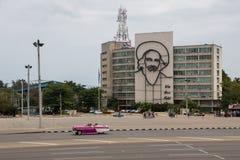 Havannacigarr Kuba - April 13, 2017: Revolutionfyrkant i mitten av havannacigarren med att presentera en j?rnv?ggm?lning av Camil royaltyfri fotografi