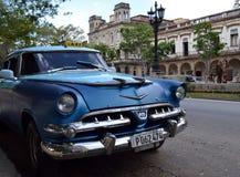 Havannacigarr Kuba: Blå klassikerUSA-bil som taxien i Prado Arkivfoto