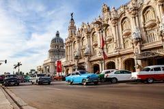 Havannacigarr Kuba - December 12, 2016: Trafik framme av Capitoen arkivbild