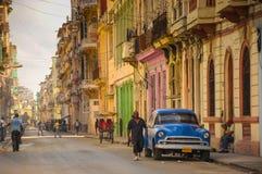 Havannacigarr KUBA - JANUARI 20, 2013: Den gamla klassiska amerikanaren parkerar nolla Arkivbilder