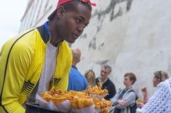 HAVANNACIGARR KUBA - JANUARI 04, 2018: En svart ung man säljer chipnolla Royaltyfria Foton