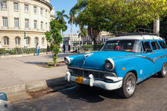 Havannacigarr KUBA - JANUARI 20, 2013: Gammalt klassiskt amerikanaredrev Arkivfoton
