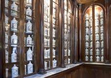 HAVANNACIGARR KUBA - JANUARI 27, 2013: Inre av farmaceutiskt museumTaquechel apotek i gammal havannacigarr royaltyfria bilder