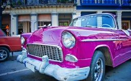 HAVANNACIGARR KUBA - JULI 8, 2016 Klassisk amerikanare för rosa tappning, Arkivfoton