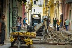 HAVANNACIGARR KUBA - MAJ 31, 2013 Locan kubanska män som säljer frukter i Ol Royaltyfri Fotografi