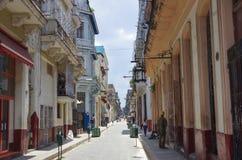 Havannacigarr Kuba - Maj 14, 2015: Sikt av en bostads- gata i det gamla havannacigarrområdet Arkivfoton
