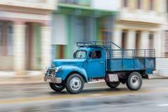 HAVANNACIGARR KUBA - OKTOBER 21, 2017: Gammal bil i havannacigarren, Kuba Pannnig retro lastbil Royaltyfri Fotografi