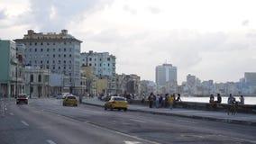 HAVANNACIGARR KUBA - OKTOBER 20, 2017: Havana Old Town med folk Malecon aveny lager videofilmer
