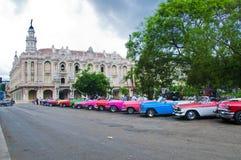 HAVANNACIGARR KUBA - SEPT 10, 2016 Gamla klassiska amerikanska bilar parkerade I Arkivbild