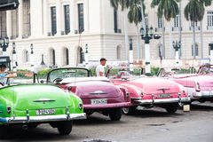 Havannacigarr Kuba - September 22, 2015: Klassisk amerikansk bil parkerad nolla Arkivbild