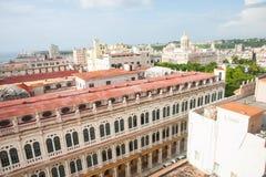 Havannacigarr` s som smular blandade barocka och spanska koloniala byggnader Arkivfoton