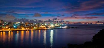 Havannacigarrfjärdingång och stadshorisontpanorama på skymning Arkivbild