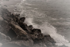 Havbränning på den tonade kusten Arkivbild