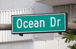 HavDr grönt gatatecken på Miami Beach Florida USA royaltyfri bild