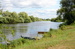 Havel flod (Brandenburg, Tyskland) Fartyg på kust Arkivfoto