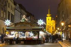 Havel kvadrerar julmarknader i Prague med folk som där shoppar på natten royaltyfri foto