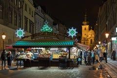 Havelskymarkt met Kerstmisdecoratie in Praag in nacht, Tsjechische Republiek royalty-vrije stock afbeelding