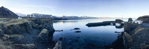 Haven, boot, berg, blauwe hemel, Arnarstapi, IJsland Royalty-vrije Stock Fotografie