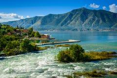 Haven en bergrivier bij de baai van Boka Kotor (Boka Kotorska), Montenegro, Europa Stock Afbeeldingen