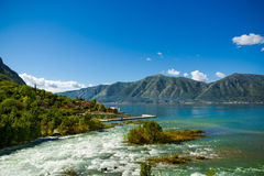 Haven en bergrivier bij de baai van Boka Kotor (Boka Kotorska), Montenegro, Europa Royalty-vrije Stock Foto's