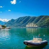 Haven en boot bij de baai van Boka Kotor (Boka Kotorska), Montenegro, Royalty-vrije Stock Fotografie