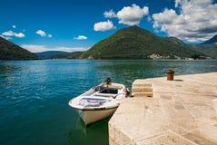 Haven en boot bij de baai van Boka Kotor (Boka Kotorska), Montenegro, Europa Stock Afbeelding