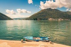 Haven en boot bij de baai van Boka Kotor (Boka Kotorska), Montenegro, Europa stemmend beeld Stock Fotografie