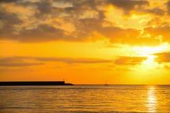 Haven en boot onder een kleurrijke zonsondergang in Alghero stock fotografie