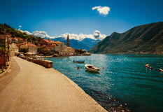 Haven en boten bij de baai van Boka Kotor (Boka Kotorska), Montenegro, Royalty-vrije Stock Afbeelding
