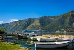 Haven en boten bij de baai van Boka Kotor (Boka Kotorska), Montenegro, Europa Royalty-vrije Stock Foto