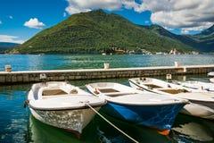 Haven en boten bij de baai van Boka Kotor (Boka Kotorska), Montenegro, Europa Stock Fotografie