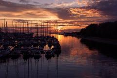 Haven en de jachten bij zonsondergang royalty-vrije stock foto's