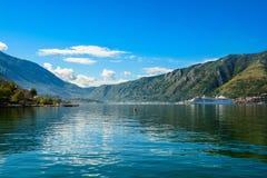 Haven en groot wit schip bij de baai van Boka Kotor (Boka Kotorska), Montenegro, Europa Stock Afbeelding