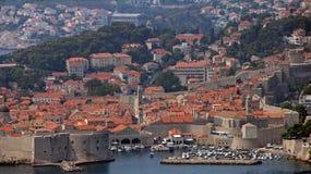 Haven en huizen van de stad van Dubrovnik in Kroatië Stock Foto's
