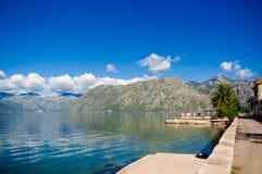 Haven en jachten bij de baai van Boka Kotor (Boka Kotorska), Montenegro, Europa Stock Foto's