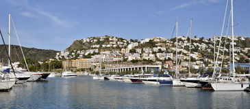 Haven en stad van Rozen in Spanje stock foto