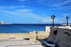 Haven en Typische architectuur in Otranto stock foto