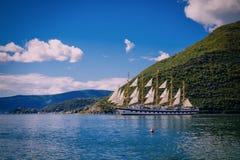 Haven en verbazend schip bij de baai van Boka Kotor (Boka Kotorska), Mont Royalty-vrije Stock Afbeeldingen