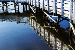 Haven houten gang met waterbezinning royalty-vrije stock foto's