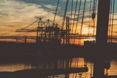 Haven in Lissabon en kabelbrug op zonsondergang Royalty-vrije Stock Afbeeldingen