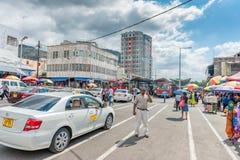 HAVEN LOUIS, MAURITIUS - OKTOBER 01, 2015: Busbus Station in Haven Louis, Mauritius Tai de bestuurders wachten op passanger Stock Afbeeldingen