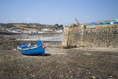 Haven at low tide met vissersboten stock afbeeldingen