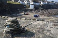 Haven at low tide met vissersboten royalty-vrije stock afbeeldingen