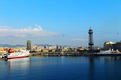 Haven met boten en gezichtspunt in Barcelona, Spanje stock foto's