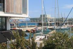Haven met boten in zonlicht stock afbeeldingen