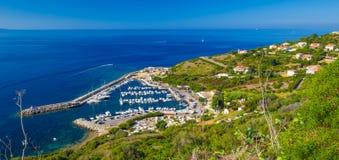 Haven met jachten in Cargese-stad op de weg D81 op het eiland van Corsica Stock Afbeeldingen
